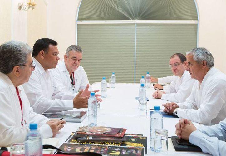 Yucatán y Guatemala buscan ampliar abrir mercados para intercambio comercial. Ayer se reunieron el gobernador Rolando Zapata y el presidente de ese país, Otto Pérez. (Oficial)
