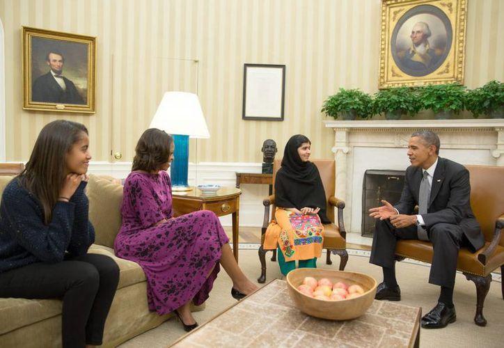 Imagen cedida por la Casa Blanca: el presidente Barack Obama (d), con la primera dama Michelle Obama (2-i), y su hija Malia (i) reunidos con Malala Yousafzai (2-d). (EFE)