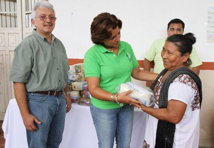 La presidenta del DIF, Sarita Blancarte de Zapata, entrega una despensa del programa de apoyo a personas vulnerables. (Cortesía)