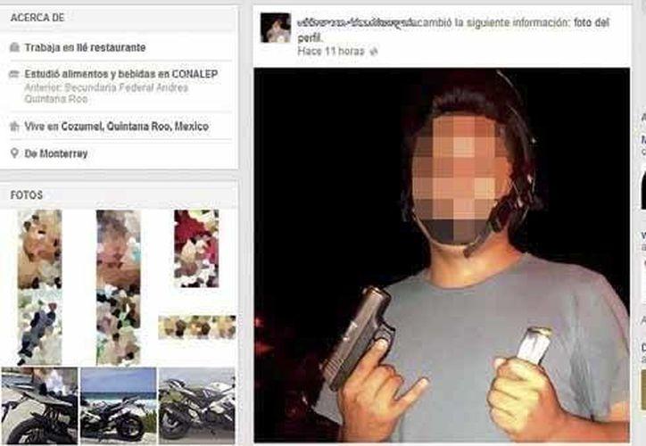 M.V.U. publicó en su cuenta de Facebook la fotografía donde se exhibe armado, que horas después eliminó. (Redacción/SIPSE)
