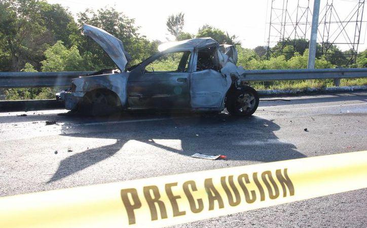 Imagen del vehículo que se incendió con su ocupante en el interior, el pasado miércoles en la carretera Mérida-Progreso. (Milenio Novedades)