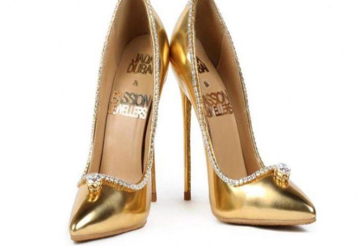 Los tacones color dorado incluyen acabados en oro, un tipo de diamante totalmente incoloro de 15 quilates y detalles con 236 diamantes. (Excélsior)
