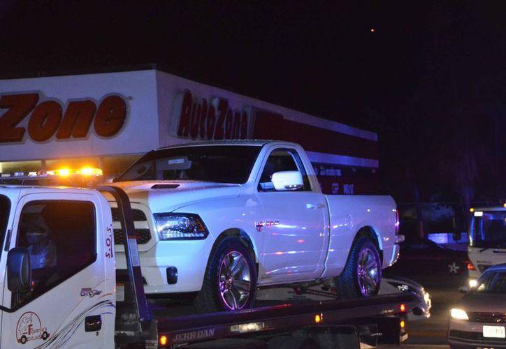 Tras una fuerte movilización policíaca, fue asegurada una camioneta que presuntamente transportaba armas, en el bulevar Colosio. (Redacción/SIPSE)