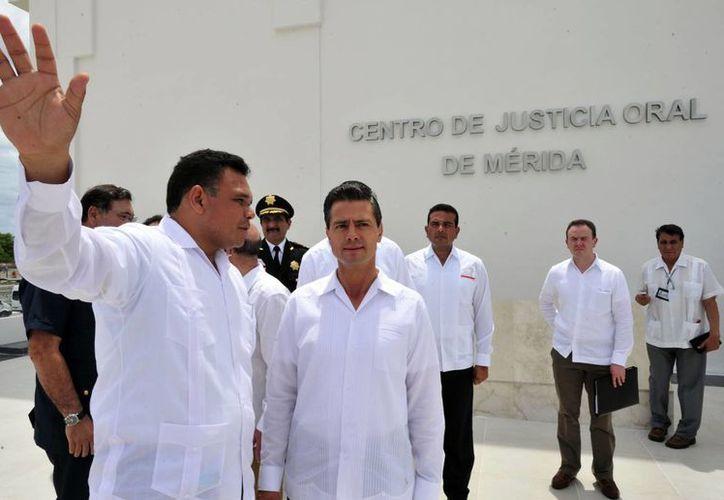 El presidente Peña Nieto (d) y el gobernador de Yucatán recorrieron las instalaciones del Centro de Justicia oral tras su inauguración. (Cortesía)