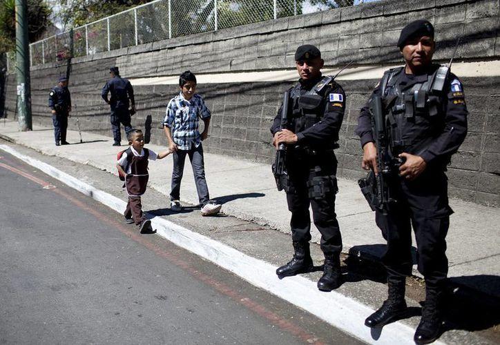 Agentes de la Policía Nacional Civil (PNC) de Guatemala durante un operativo. (EFE/Archivo)