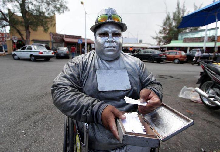 Luis Homero Betanzos Nava se maquilla para caracterizar a un robot. (Francisco Gálvez/SIPSE)