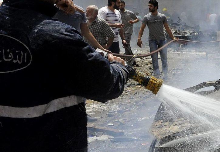 Imagen de archivo en la que un bombero libanés trabaja en la labores de extinción del incendio causado por una explosión en Beirut. (Archivo/EFE)