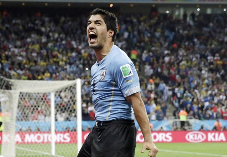 El uruguayo Luis Suárez celebra la marcación de un gol ante Inglaterra en el Mundial de Brasil. Días después fue expulsado de la competencia por morder al italiano Giorgio Chiellini. (Foto: AP)
