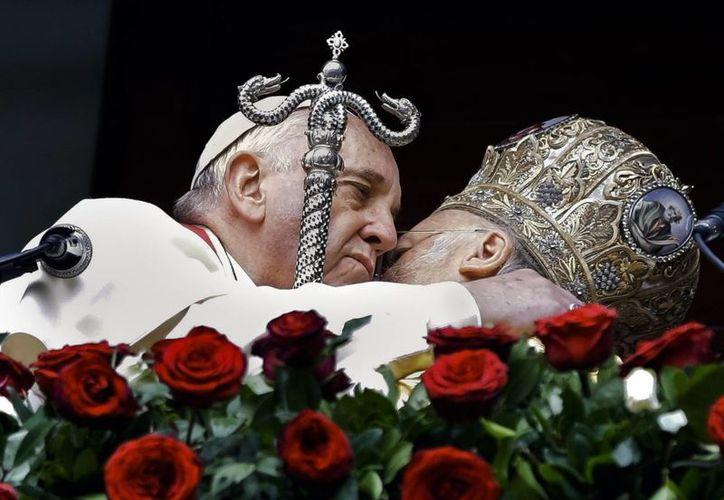 El Papa Francisco, izquierda, y el patriarca ecuménico Bartolomé I se abrazan después de la liturgia en la Iglesia patriarcal de Saint George en Estambul. (Agencias)