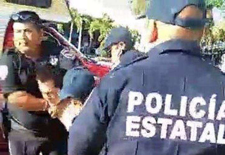 Un ciudadano captó en video un supuesto abuso de autoridad por parte de policías hacía un motociclista. (Redacción/SIPSE)