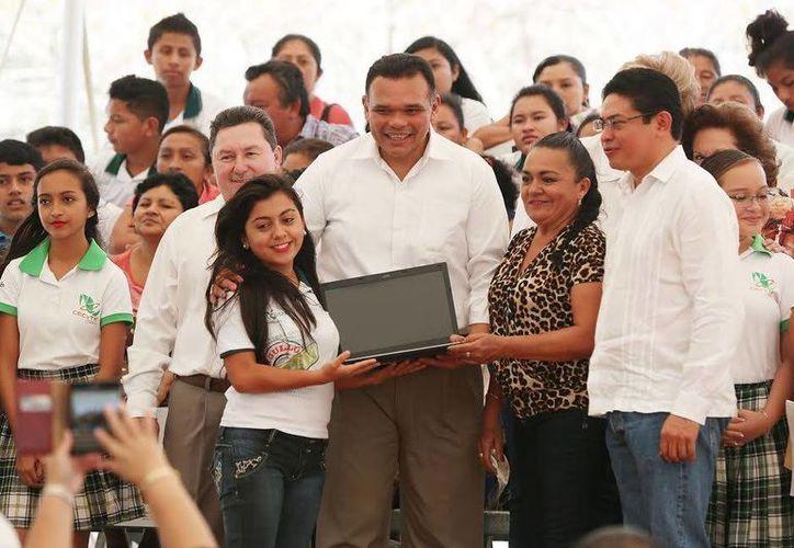 Este miércoles autoridades yucatecas encabezadas por el Gobernador realizaron la primera entrega del año del programa Bienestar Digital, destinado a evitar la deserción escolar de estudiantes de varios municipios. (Foto cortesía del Gobierno de Yucatán)