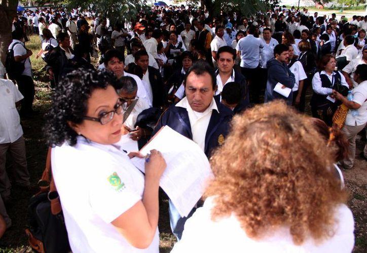 Cientos de trabajadores de la Universidad Autonóma de Yucatán hicieron filas para votar a favor de la huelga. (José Acosta/SIPSE)