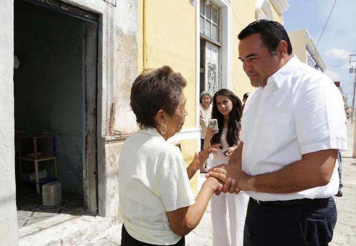 El alcalde Renán Barrera visitó varios predios remozados del Centro Histórico de Mérida. (SIPSE)