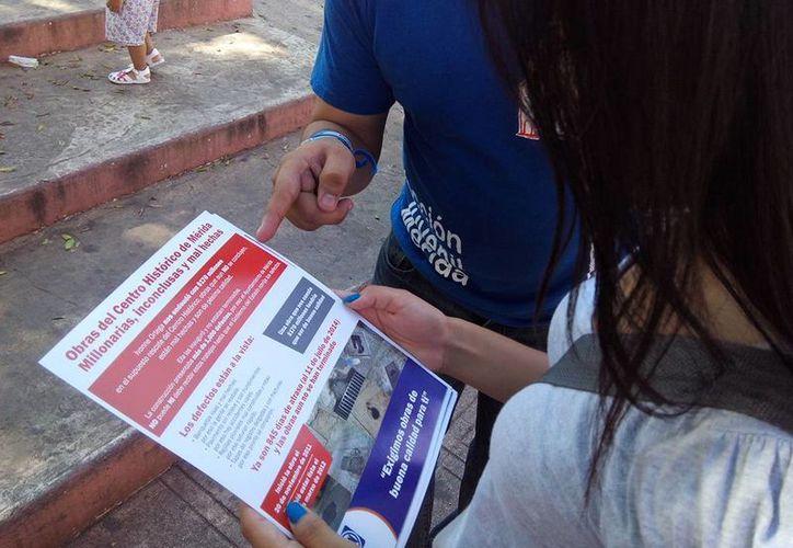 El PAN repartió volantes en el Centro Histórico de Mérida para informar a los ciudadanos sobre las obras en esa zona. (Cortesía)