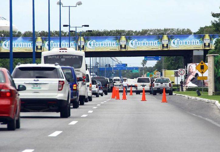 La revisión se llevó a cabo  a la altura del puente que une la pista de aterrizaje con la terminal tres del aeródromo. (Gonzalo Zapata/SIPSE)