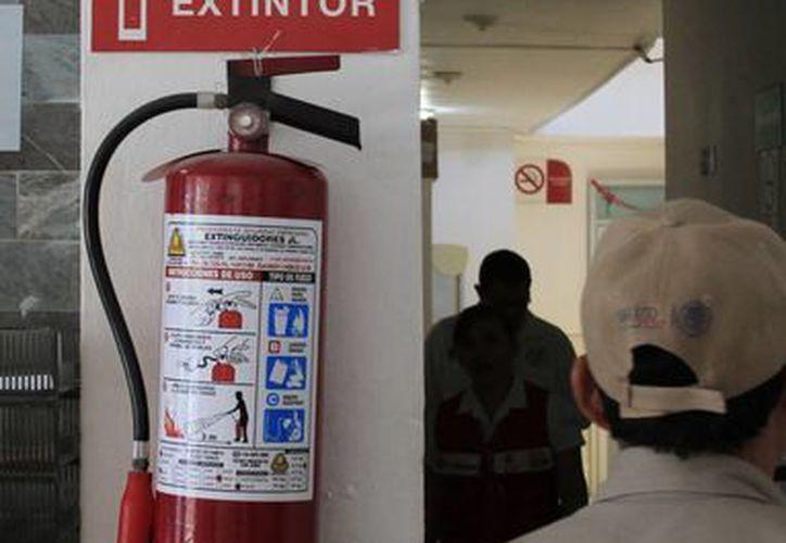 La mayor parte de los incidentes en dependencias son por cortos circuitos que pueden ser sofocados con extintores. (Harold Alcocer/SIPSE)