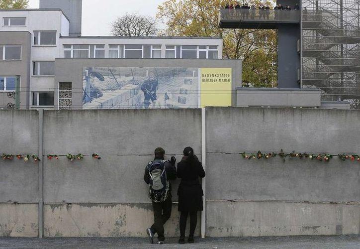 Decenas de personas colocaron flores en las grietas del lugar conmemorativo del Muro de Berlín, en Bernauer Strasse, Berlín, Alemania. (Archivo/Reuters)