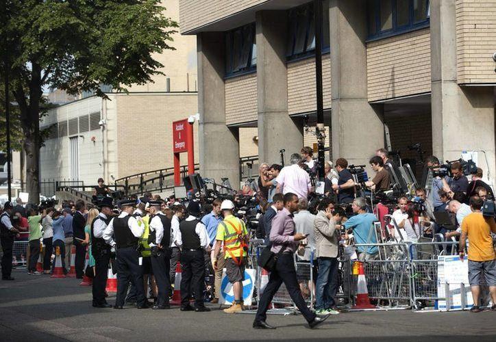Policías y medios de comunicación aguardan en el exterior del hospital St.Mary's de Londres, donde la duquesa de Cambridge está hospitalizada. (EFE)