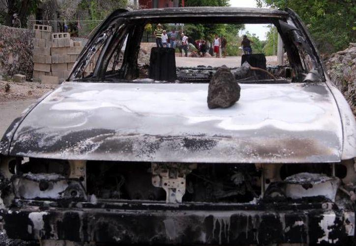 Así quedó un vehículo luego de la jornada electoral en Mama el año pasado. Acusados de vandalismo electoral en este municipio y en Yaxcabá podrían ser imputados en breve. (José Acosta/Milenio Novedades)