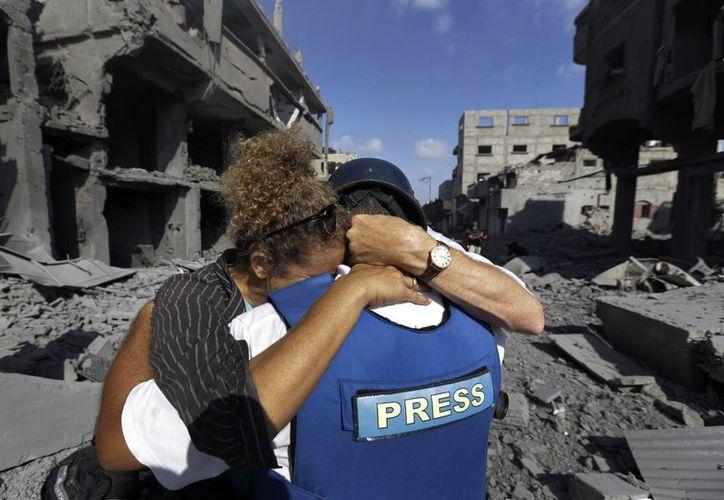 Los sobrevivientes comenzaron a salir de sus refugios para atestiguar el desastre que ha causado el intercambio de fuego entre Hamas y el Ejército de Israel. (AP)