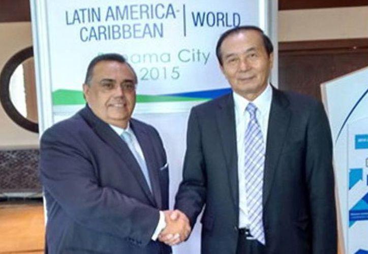 Héctor Navarrete Muñoz y Xia Xinghua en una reunión en Panamá, en el marco de la 25 asamblea de Acilac. (Milenio Novedades)