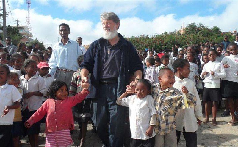 Resultado de imagen de PEDRO OPEKA SIRVE A LOS POBRES EN MADAGASCAR.