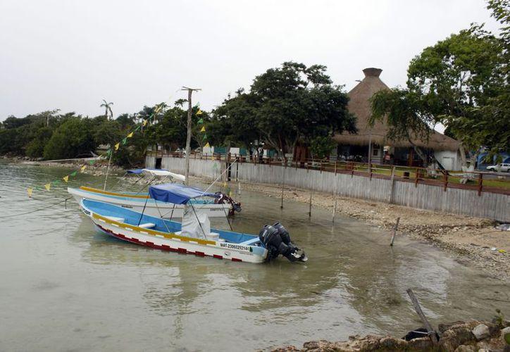 Desiertos los sitios y balnearios turísticos de la capital. Abarrotan chetumaleños tiendas departamentales y supermercados. (Francisco Sansores/SIPSE)