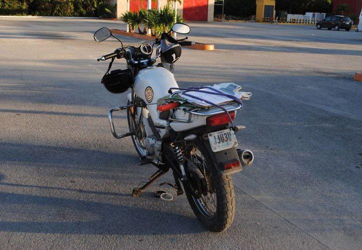 La motocicleta fue asegurada por las autoridades. (Redacción/SIPSE)