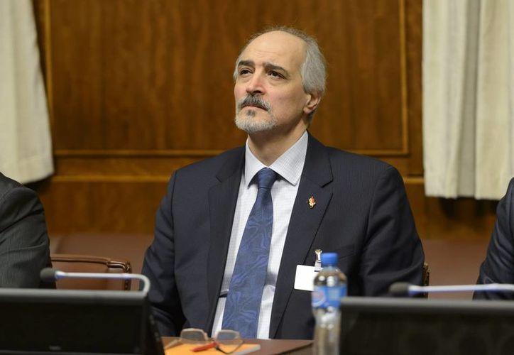 El jefe negociador sirio Bashar al-Jaafari, embajador de la Misión Representativa Permanente de Siria ante la ONU, llega a la ronda de negociaciones entre el gobierno sirio y grupos de la oposición en Ginebra, Suiza. (Agencias)