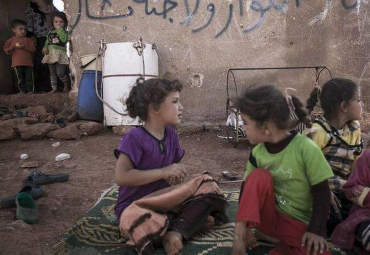 Una de cada cinco escuelas de los niños sirios permanecen inutilizadas y otras más fueron destruidas en su totalidad o son usadas como refugio para los desplazados internos del país. (Agencias)
