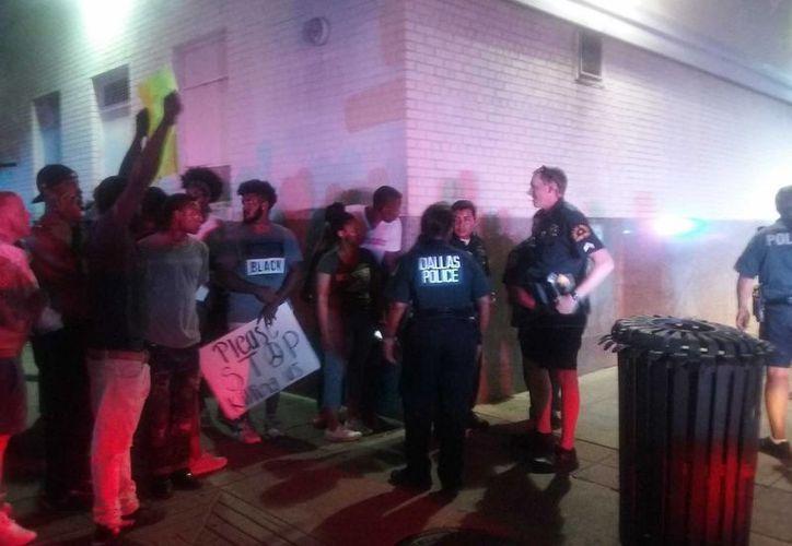 Tras la revisión a un estacionamiento de la Policía de Dallas, se levantó la alerta de seguridad. (Notimex)