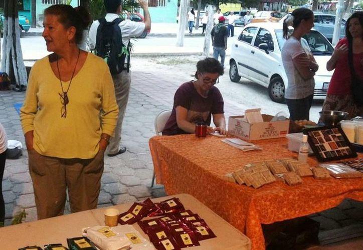 Los puestos ofrecen diversos productos saludables, orgánicos, artísticos, locales y ecológicos. (Sergio Orozco/SIPSE)