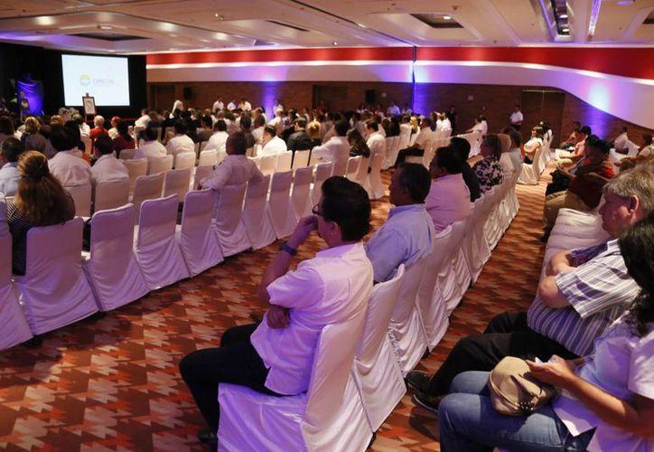 Empresarios nacionales y extranjeros, autoridades y familiares acudieron al salón Cozumel del Centro de Convenciones. (Israel Leal/SIPSE)