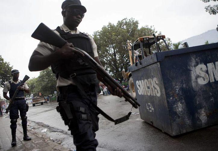 """De acuerdo con la policía haitiana, el hombre fue linchado por algunos vecinos que lo vieron salir bañado en sangre y llevando a la niña """"agarrada por una pierna con la cabeza hacia abajo"""". (EFE/Archivo)"""