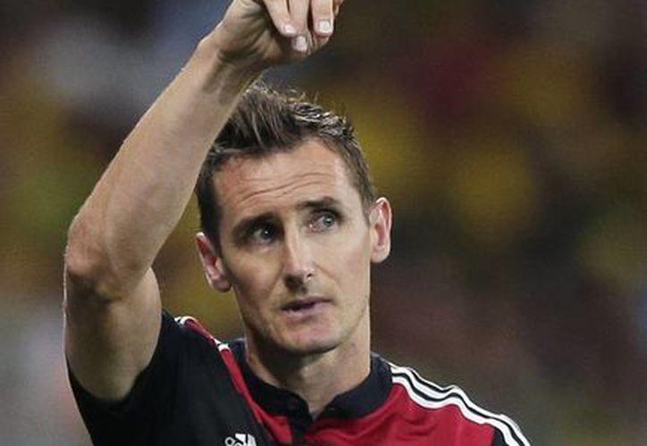 El alemán Miroslav Klose celebra el gol que metió esta tarde ante Brasil. (AP)