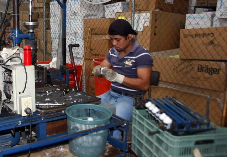El 95.3 por ciento de la PEA estuvo ocupada hasta agosto de este año. Imagen de un trabajador en una fábrica de Mérida. (Milenio Novedades)
