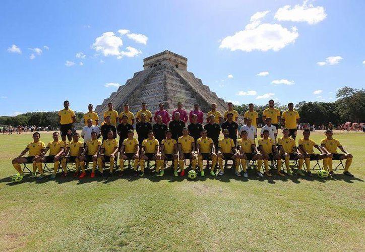 La plantilla de Venados FC se tomó la foto oficial este martes, en las instalaciones del sitio arqueológico de Chichén Itzá.(Foto tomada de Twitter/Venados)