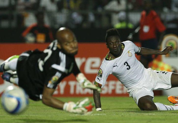El ghanés Asamoah Gyan, quien hasta hace poco estaba tirado en cama por malaria, este viernes terminó tirado en el pasto, pero para anotar a favor de su selección contra Argelia en la Copa Africana. (Foto: AP)