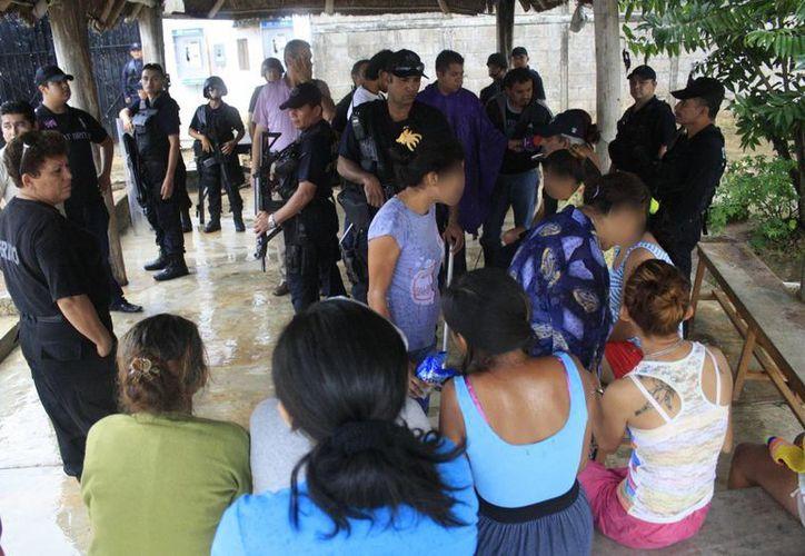 Las internas reciben capacitación por parte del Colegio de Abogadas de Quintana Roo.  (Harold Alcocer/SIPSE)