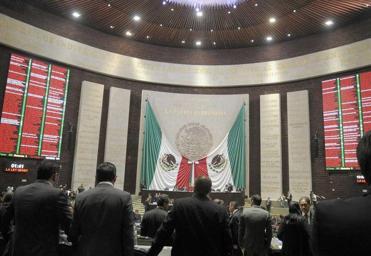 El pleno de San Lázaro también guardó un minuto de silencio por el normalista Alexander Mora Venancio. (Notimex)