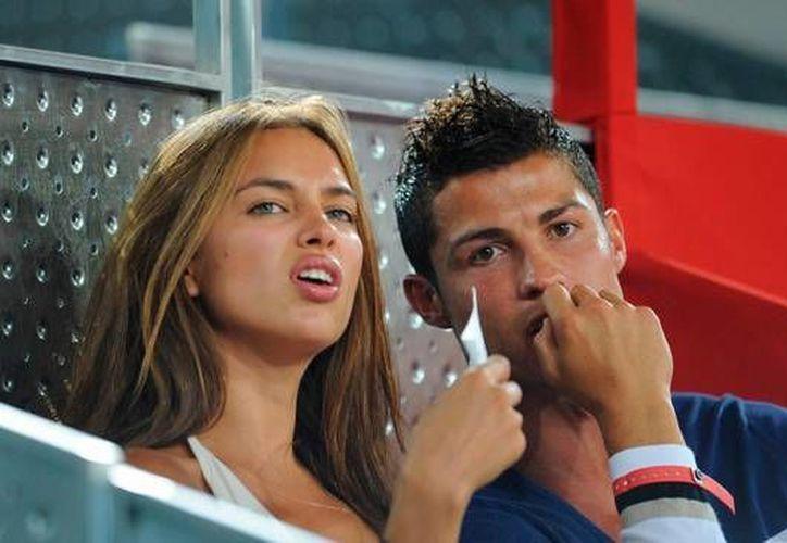 La comunicadora mexicana Inés Sainz desmiente mantener o haber mantenido una aventura con Cristiano Ronaldo, quien en la foto aparece con su expareja, la modelo Irina Shayk. (Fotografía: futbolizados.com)