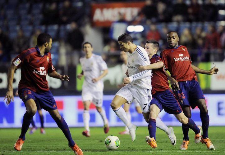 Con goles de Cristiano Ronaldo (c) y Angel di María, el Real Madrid dio cuenta del Osasuna en partido jugado en el estadio Santiago Bernabeu. (Agencias)