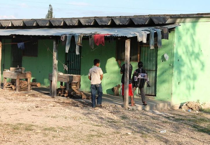 Los albergues son utilizados para dar clases a los niños de primaria, mientras que el DIF estatal los apoya con el material de papelería. (Edgardo Rodríguez/SIPSE)