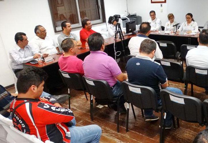 La Oficialía Mayor del estado, dio continuidad a la junta de aclaraciones de la LPN3/SEQ-2018, para la adquisición de 222 mil 602 kits de uniformes escolares (Joel Zamora/SIPSE)