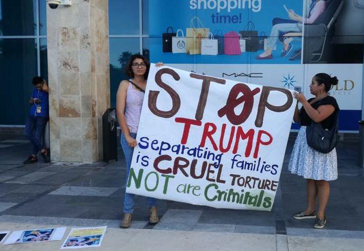 Padres de familia llegan al aeropuerto internacional de Cancún para protestar contra política migratoria de Donald Trump. (Foto: SIPSE)