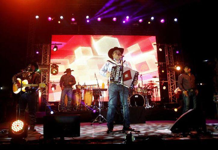 """La fiesta mexicana en la Plaza Principal fue amenizada por """"Intocable"""", que ofreció hora y media de concierto. (Christian Ayala/SIPSE)"""