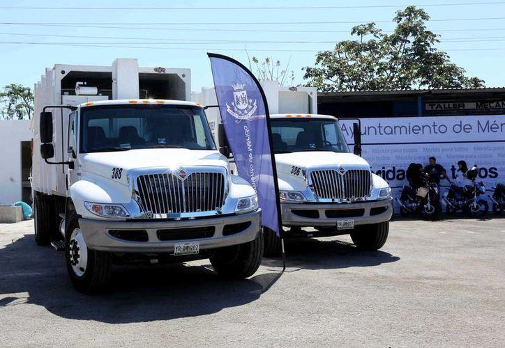Entre los vehículos que se entregaron se encuentran tres camiones compactadores. (SIPSE)