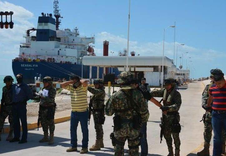El nuevo simulacro de Pemex en la terminal de Progreso consistió en la hipotética toma de un buque tanque a su arribo al muelle marginal de Pemex. (SIPSE)