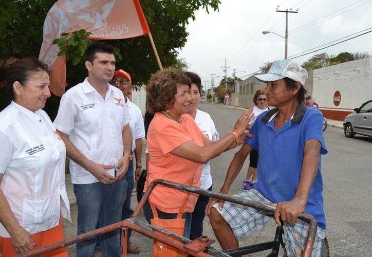 Ana Rosa Payán, candidata de Movimiento Ciudadano a la alcaldía de Mérida, en su recorrido por la colonia El Porvenir. (SIPSE)