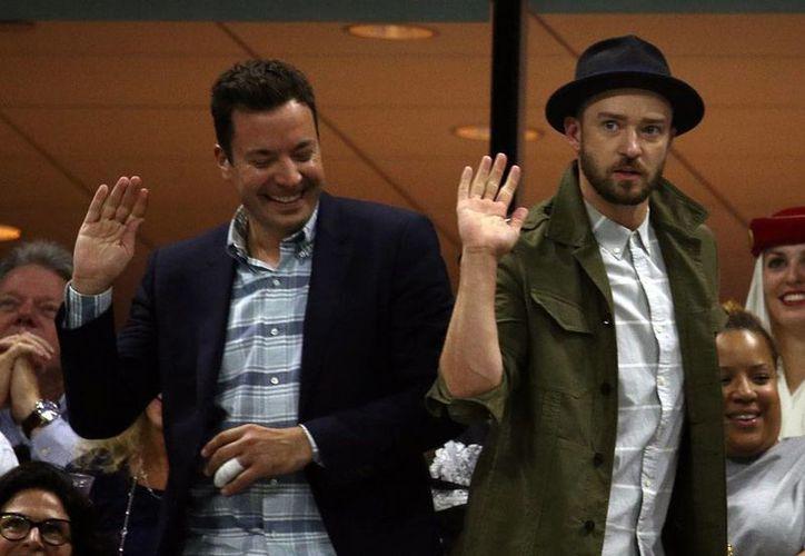 Justin Timberlake (der.), quien en la imagen aparece con el comediante Jimmy Fallon, durante un partido de tenis del Abierto de Estados Unidos, regresará al cine para dar voz a un personaje de la cinta 'Trolls'. (AP)